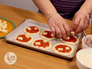 金枪鱼披萨,味道鲜美,馅料十足,再放两块马苏里拉芝士,两块就可以,不要太多
