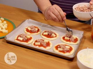 金枪鱼披萨,味道鲜美,馅料十足,然后把金枪鱼肉也放上去