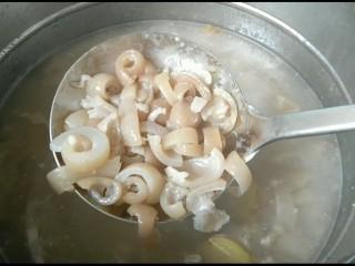 彩色猪皮冻,再次捞出,放入料理机,打成糊,把姜片捞出扔掉。