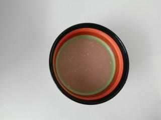 彩色猪皮冻,这是我提前留的小半碗,步骤7的汤汁。