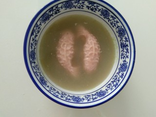 彩色猪皮冻,再倒入步骤8里,提前留出的汤汁,再次放进冰箱冷藏,剩下的就交给时间吧!