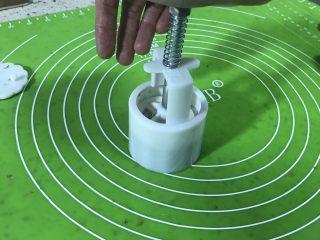 豆沙糕,把一个装入月饼模具按压即可