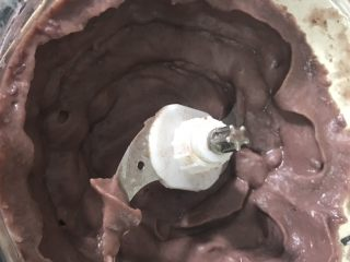 豆沙糕,红豆、绿豆提前一晚上冷水泡软用高压锅煮熟捞起沥干水份搅拌机打成泥
