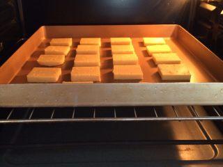 柠檬饼干,放入预热好的烤箱中层,175度约烤15分钟,待饼干表面微微金黄色即可出炉。