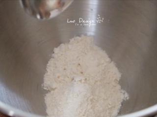翡翠白玉饺子,先做白面团。 200g面粉加100g温水, 再稍微加一些盐, 揉成面团。