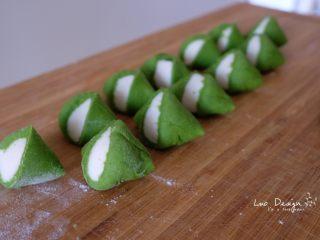 翡翠白玉饺子,前后滚动,切成剂子。