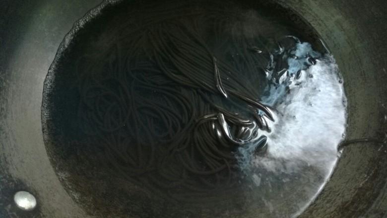 酸辣蕨根粉,蕨根粉放进开水锅里煮软。泡过的蕨根粉已经软了,稍微煮下没有硬心就好了。