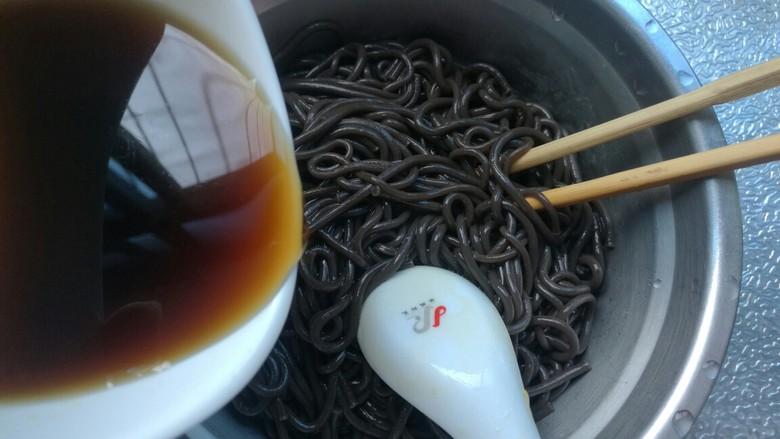酸辣蕨根粉,蕨根粉控净水分,倒进调好的汁搅拌均匀。