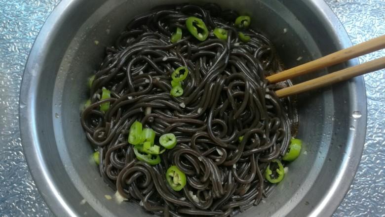 酸辣蕨根粉,放入辣椒搅拌均匀就好啦!