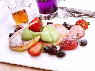 日式蘇芙蕾鬆餅soufflé pancake,上碟 灑上糖霜 配楓糖漿和打好的抹茶奶油或冰淇淋、水果食用