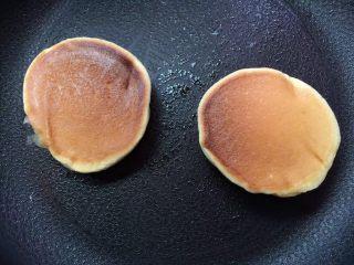 日式蘇芙蕾鬆餅soufflé pancake,打開鍋蓋 將鬆餅反面(煎的時候鬆餅千萬不要按壓)再加蓋燜2-3分鐘