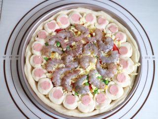 培根火腿鲜虾披萨,摆上鲜虾