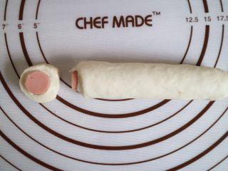 培根火腿鲜虾披萨,多余的面团包裹住火腿肠,切成两厘米左右的小段