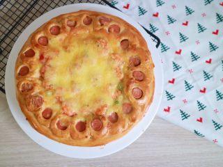 培根火腿鲜虾披萨,入炉前刷周围的面饼刷一层薄薄的蛋液