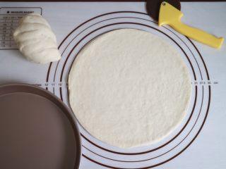 培根火腿鲜虾披萨,然后用披萨刀沿着模具切掉多余的面团