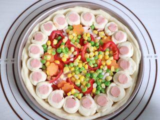 培根火腿鲜虾披萨,铺上杂蔬