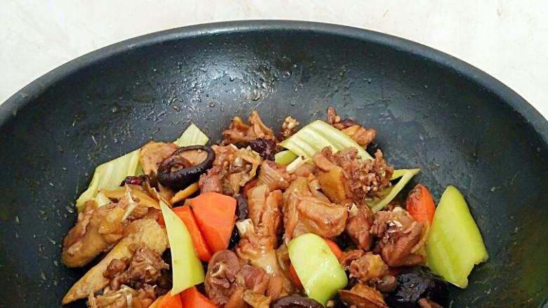 秘制烧鸡块,翻炒几下辣椒变软即可出锅。