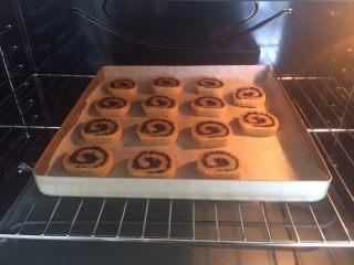 黑米年轮小卷饼干,烤箱预热10分钟,上180度,下165毒,中层,时间20-25分钟,饼干表面金黄色即可。