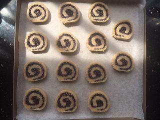 黑米年轮小卷饼干,切好全部放入烤盘中。