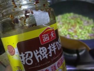 毛豆米炒肉丁,加入一小勺豆瓣酱,家里豆瓣酱没有了我就放了一点海天的拌饭酱