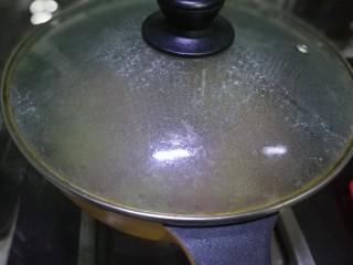 毛豆米炒肉丁,加盖煮沸转中小🔥煮几分钟(根据食材量)