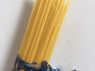 意大利面,在超市里买的长条直意面!(也可以根据自己的喜好买螺丝型的、弯管型的、蝴蝶型的、空心型,贝壳型……)