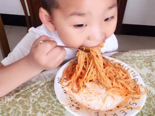 意大利面,看小家伙吃的多香啊!