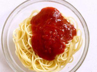 意大利面,打开袋子,把意大利面酱浇在煮好的意面上。