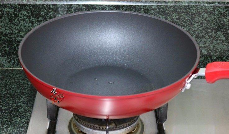 西葫芦鸡蛋煎饼,烧热煎锅【烧热锅再倒油这个步骤要记得,否则容易粘锅,糊底】