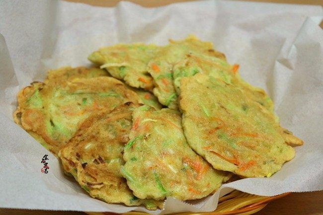 西葫芦鸡蛋煎饼,中火煎至两面焦黄色、夹起用吸油纸吸干渗出的油脂即可