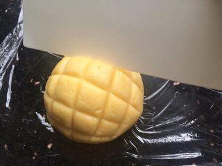 菠萝包,再用刮刀割出菠萝状。