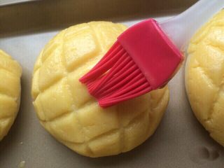 菠萝包,二发发酵好,在表面刷上一层全蛋液,也可不刷。