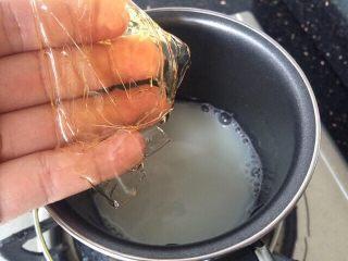 芒果酸奶冻,糖融化后把火关掉,等3分钟左右,加入泡软的吉利丁片,搅拌直至吉利丁片完全融化跟纯牛奶融合一体。