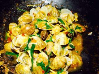 香辣花甲,将酱料都炒拌均匀即可出锅了。