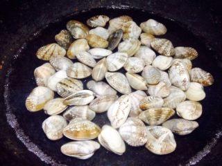 香辣花甲,烧一锅清水,将花甲倒进锅内。