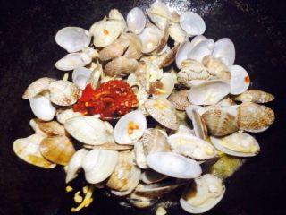 香辣花甲,放入少量豆瓣酱(如果不能吃辣,可选择不辣的豆瓣酱,或者省略此步骤)