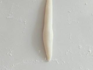 花样馒头,再搓一个两头尖的长条,中间切开,做米菲兔的耳朵。