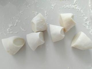 花样馒头,切好的若干白面团小剂子,做法同黄面团一样,要充分揉捏排气。