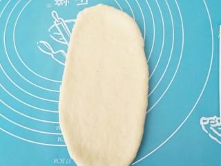 中种吐司,取一个面团幹成长舌状。