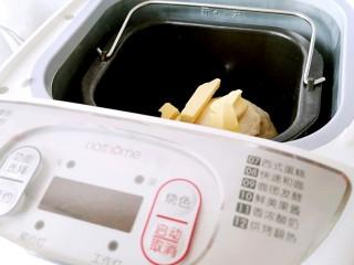 中种吐司,揉面结束后放入黄油, 现在面包机很热,用保鲜膜封口连同面团一起放入冰箱冷冻5分钟降温,在继续揉面。