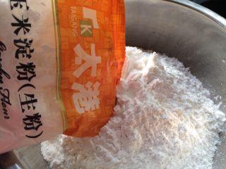 自制河粉,准备好所有材料,把粘米粉,木薯淀粉,玉米淀粉混合。
