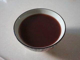蜜豆松糕,把红豆水过滤出来,趁热加入白糖拌至白糖溶化(剩余的红豆待用)