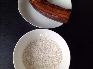 腊肉糯米丸子,备好食材:腊肉,糯米;腊肉我只用了图中的1/2。