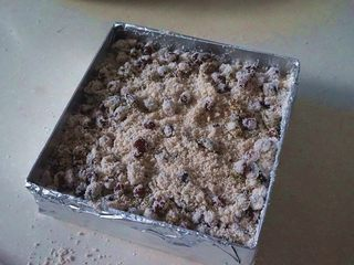 蜜豆松糕,然后放入一层红豆糕粉,再放入一层米粉