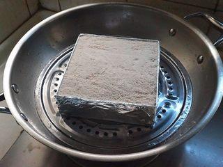 蜜豆松糕,待锅中的水烧开后,放入锅蒸45分钟左右即可