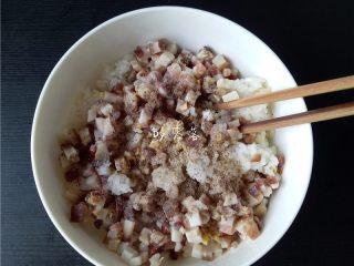 腊肉糯米丸子,再调入适量盐,花椒粉,白胡椒粉;