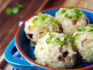 腊肉糯米丸子,开水上锅,蒸8分钟;关火,出锅撒葱花。