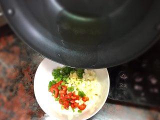 猪皮冻-满满的胶原蛋白,趁热将油浇入材料碗,会一瞬间听到油炸的声音