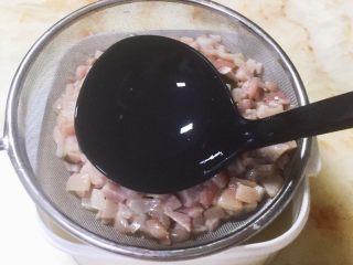 猪皮冻-满满的胶原蛋白,滤网上的肉皮用勺子稍微压一压,还可以挤出不少肉皮汁