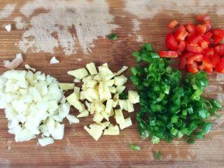 猪皮冻-满满的胶原蛋白,三瓣蒜、5片姜、一根葱(葱白不用)、1/3红尖椒,分别切碎